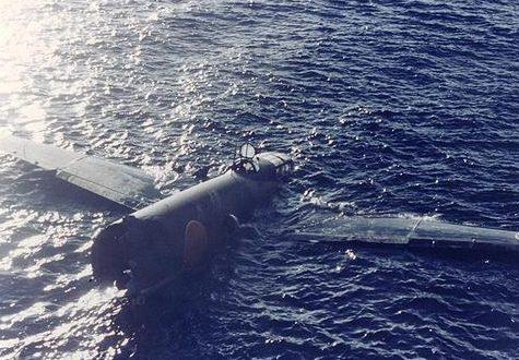 Разбитый японский бомбардировщик, плавающий у Тулаги. 8 августа 1942 г.