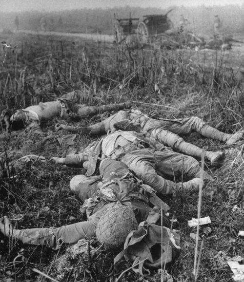 Тела убитых японских солдат на Бирме. Март 1944 г.