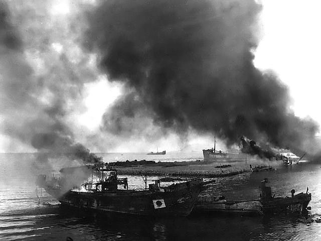 Горящие японские баржи и лодки на острове Сайпане. Июль 1944 г.