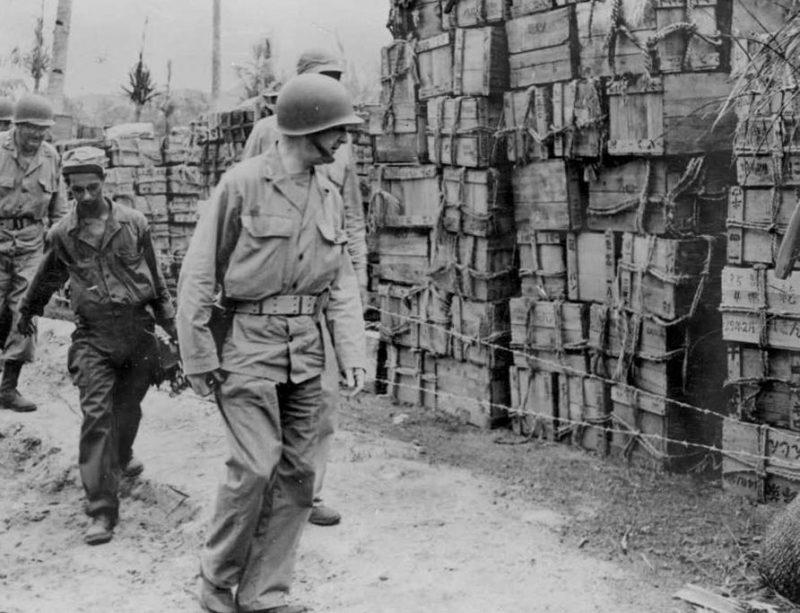 Захваченные американцами продовольственные запасы японцев на острове Сайпан. Июль 1944 г.