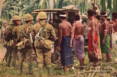 Военно-морские десантники с местными жителями Борнео. Голландская Ост-Индия, 1942 г.