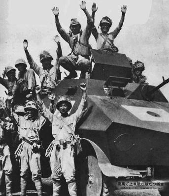 Японцы позируют у захваченного голландского броневика «Overvalwagen». Голландская Ост-Индия, 1942 г.