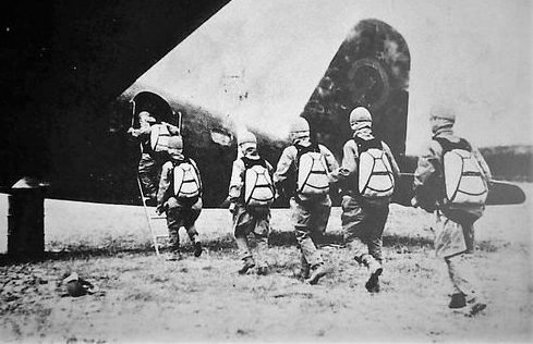 Японские десантники садятся на Mitsubishi Ki-57. Голландская Ост-Индия. 1942 г.