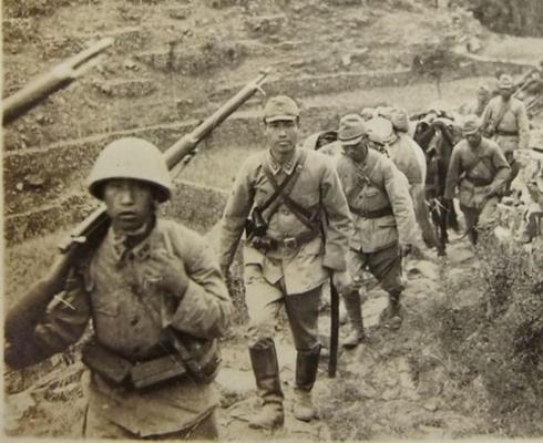 Солдаты японской армии на марше. Китай, 1944 г.