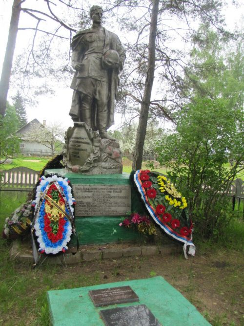 д. Воронцово Духовщинского р-на. Памятник, установленный на братской могиле, в которой похоронено 1193 советских воинов, погибших в 1943 году при освобождении района.