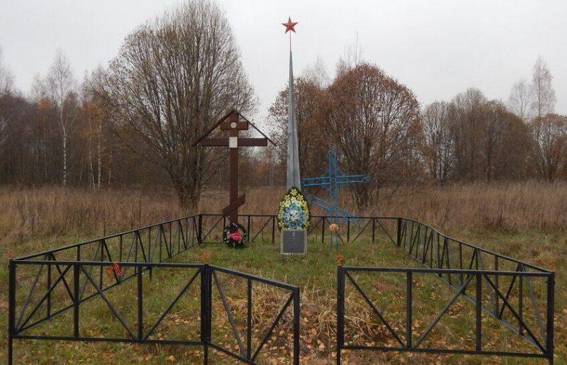 д. Головицы Духовщинского р-на. Памятный знак на месте массовой казни гитлеровцами жителей деревни.