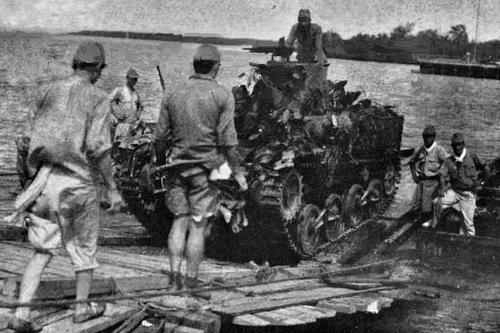 Переправа танка на канале Джохор-Бару в Сингапуре. 1942 г.
