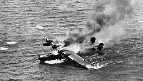 Горящая, после атаки американских истребителей, японская летающая лодка Kawanishi H6K «Мэвис». 1944 г.