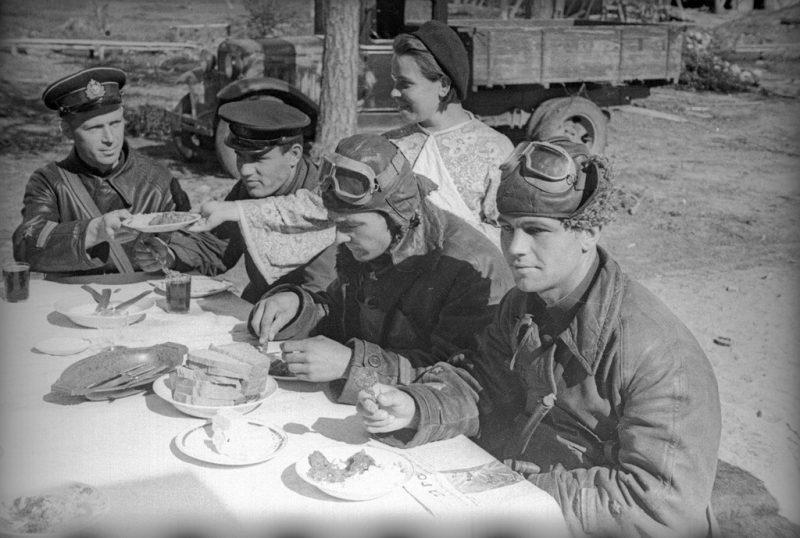 Советские и британские пилоты во время обеда Северный фронт в районе Мурманска.