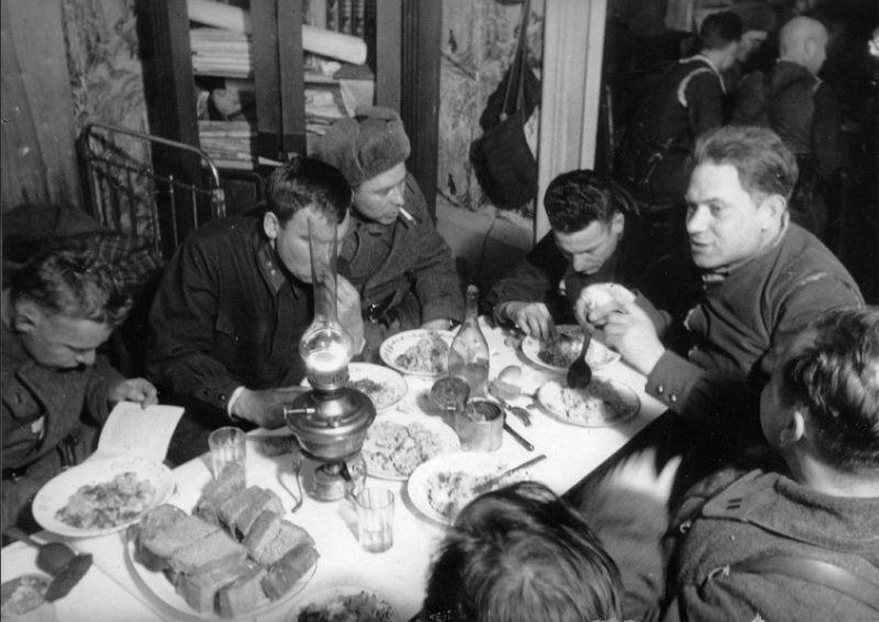 Обед командования 8 гв. стр. дивизии. Крюково, декабрь 1941 г.