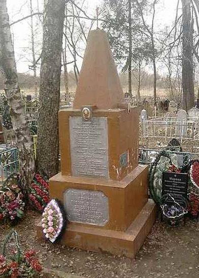 д. Немощеное Духовщинского р-на. Обелиск, установленный на братской могиле, в которой похоронено 2 933 советских воина.