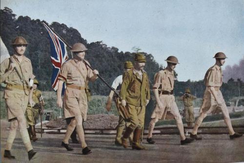 Генерал-лейтенант Артур Эрнест Персиваль во главе с японским офицером во время капитуляции союзных сил в Сингапуре. 15 февраля 1942 г.