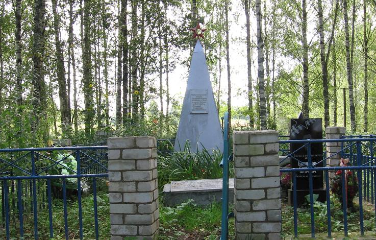 д. Николо-Берновичи Духовщинского р-на. Обелиск, установленный на братской могиле, в которой похоронено 1345 советских воинов.