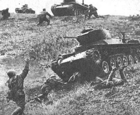 Японские танки атакуют советские войска во время битвы на острове Шумшу. Август, 1945 г.