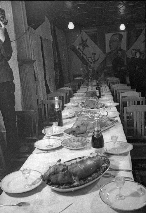 Морское командование за праздничным столом.