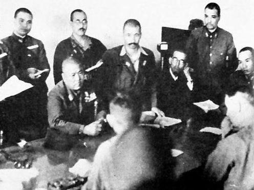 Генерал-лейтенант Ямашита и генерал-лейтенант Персиваль подписывают капитуляцию Сингапура. Февраль 1942 г.