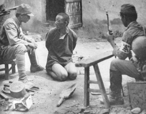 Офицеры Кемпейтай допрашивают китайского военнопленного. Маньчжурия, 1945 г.