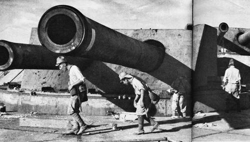 Солдаты осматривают захваченные британские орудия в Сингапуре. 1942 г.