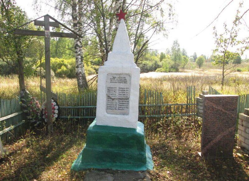 д. Новоселки Духовщинского р-на. Памятник, установленный на братской могиле жителей деревни, зверски казненных оккупантами в 1941 году.