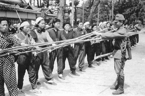Солдат обучает японских женщин защите бамбуковыми копьями. 1945 г.
