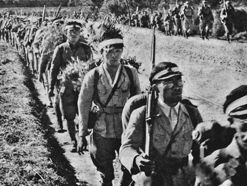 Новобранцы идут на фронт на Окинаве. Март 1945 г.