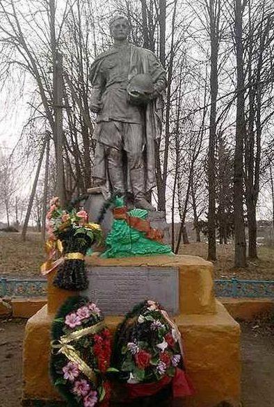 с. Пречистое Духовщинского р-на. Памятник, установленный на братской могиле, в которой похоронены воины 234 Ломоносовской дивизии, погибшие при освобождении Духовщины.