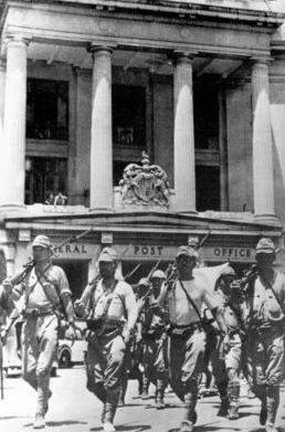 Японские солдаты маршируют по улицам Сингапура. Февраль 1942 г.