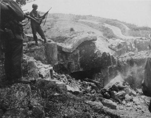 Американские солдаты e японского ДОТа на Окинаве. Апрель 1945 г.