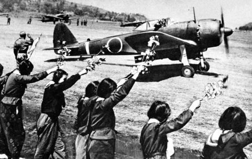 Школьницы провожают камикадзе в последний полет. 12 апреля 1945 г.