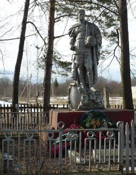 д. Трунаево Духовщинского р-на. Памятник, установленный на братской могиле, в которой похоронено 830 советских воинов, погибших в 1943 году.