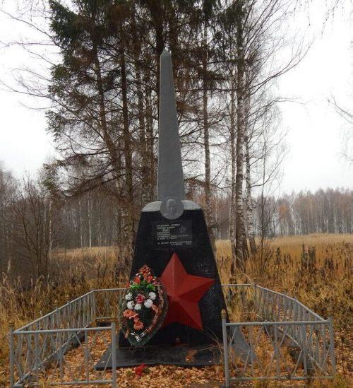 д. Фалисы Духовщинского р-на. Памятное место, где погиб советский летчик-истребитель майор А.Г. Берко.