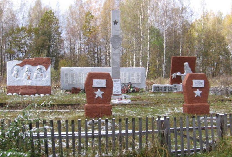 д. Шиловичи Духовщинского р-на. Мемориал в честь воинов 234-й Ломоносовской стрелковой дивизии, освобождавших район.