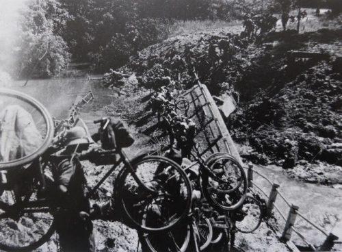 Японские солдаты с велосипедами переходят через разрушенный мост. Малая. 1942 г.