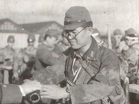 Традиционная рюмка саке перед смертельным заданием Гирецу Кутейтаи. Май 1945 г.