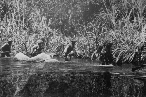 Японские солдаты идут по руслу реки в джунглях Малайи. Февраль 1942 г.