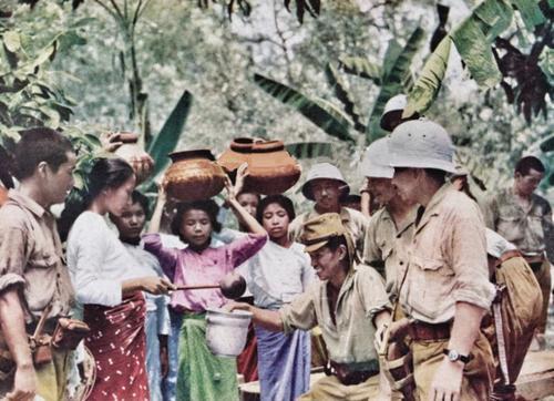 Местное население Британской Малайи приветствует японских солдат. Январь 1942 г.
