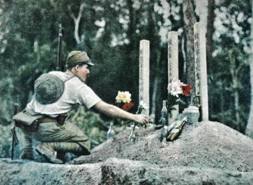 Японский солдат на могилах своих товарищей. Малая, 1942 г.