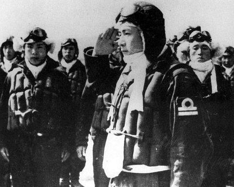 Японские пилоты-камикадзе готовятся к вылету. 1945 г.