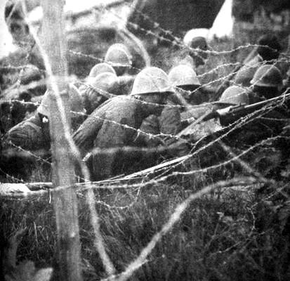 Войска пересекают заграждения из колючей проволоки. Филиппины 1942 г.
