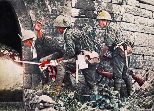 Японские солдаты во время вторжения на остров Джоло. Филиппины, 1942 г.