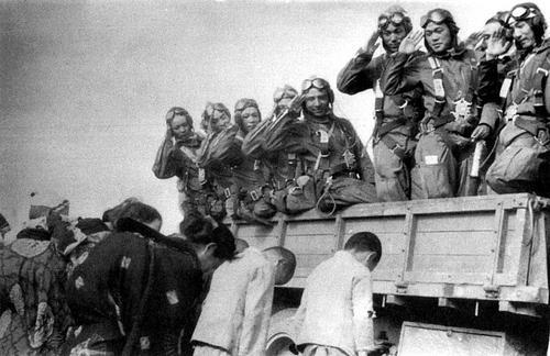 Проводы пилотов-камикадзе в последний полет. 1945 г.