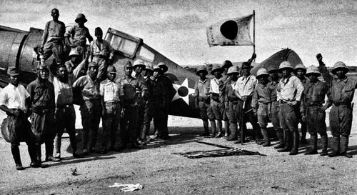Японские солдаты у захваченного американского истребителя Буффало. Филиппины, 1942 г.