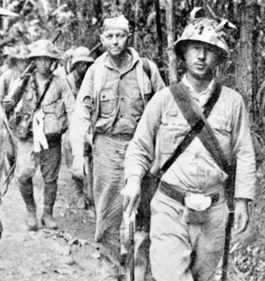 Японские солдаты ведут американского военнопленного. Филиппины, 1942 г.