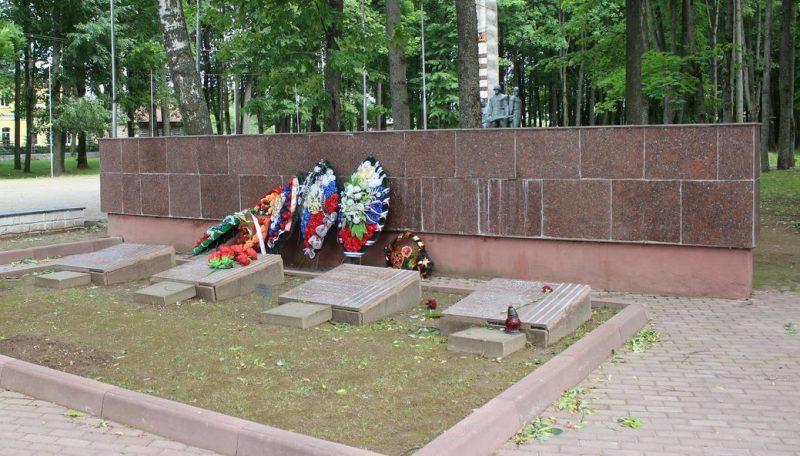 Воинские захоронения в Сквере боевой славы, где похоронено 7800 советских воинов.