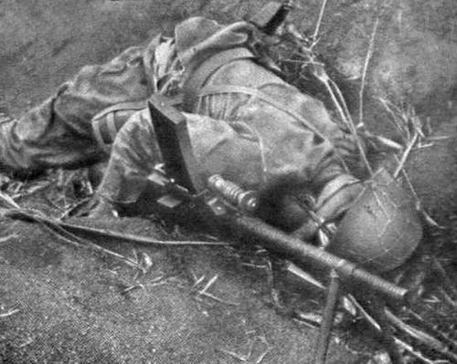 Мертвый японский солдат. Иводзима, 1945 г.