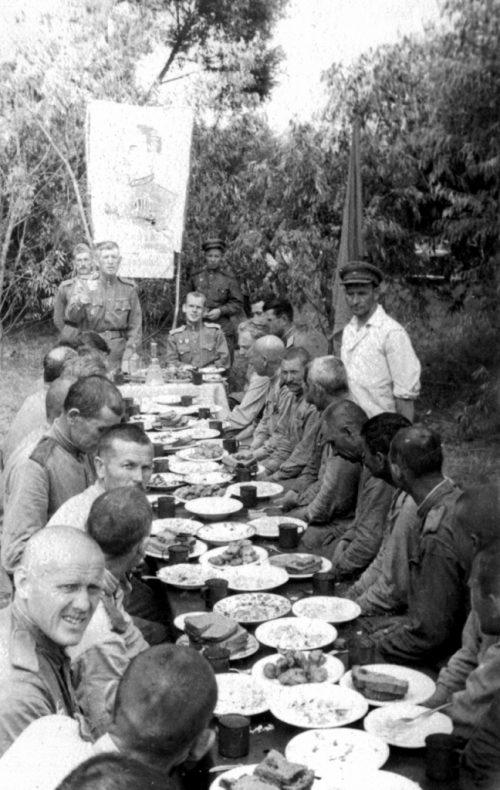 Праздничный обед. 1944 г.