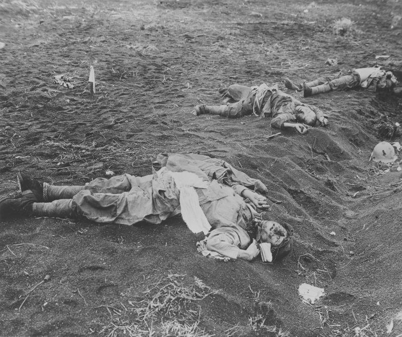 Японские солдаты, погибшие от артиллерийского огня армии США на Иводзиме. Февраль 1945 г.