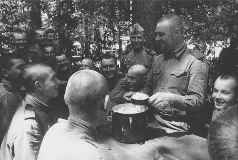 Солдаты за столом.