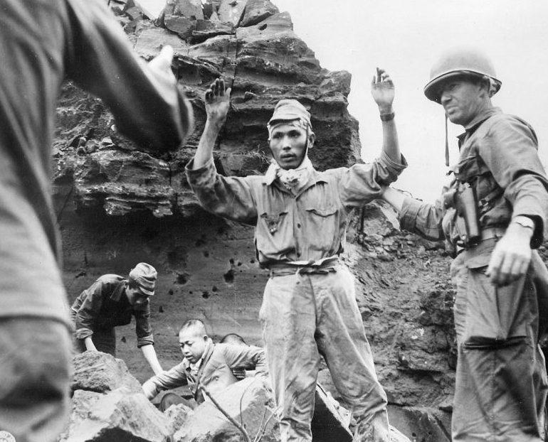 Японские солдаты сдаются в плен на Иводзиме. 1945 г.