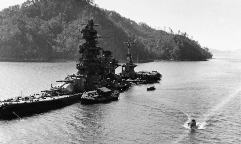 Японский линкор «Хьюга», перестроенный в авианесущий корабль, затопленный на мелководье военно-морской базы Курэ. Июль 1945 г.